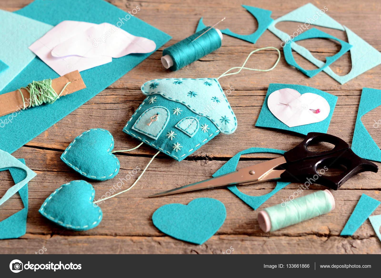 Haus mit Herz-Dekoration aus Filz, Werkzeuge und Materialien für ...