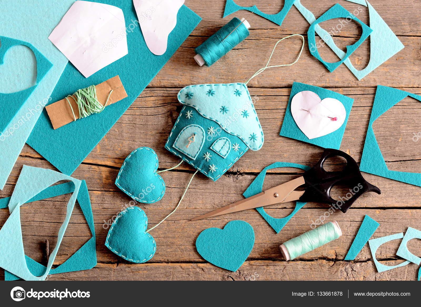 Haus mit Herz-Dekoration, Werkzeuge und Materialien zum Nähen ...