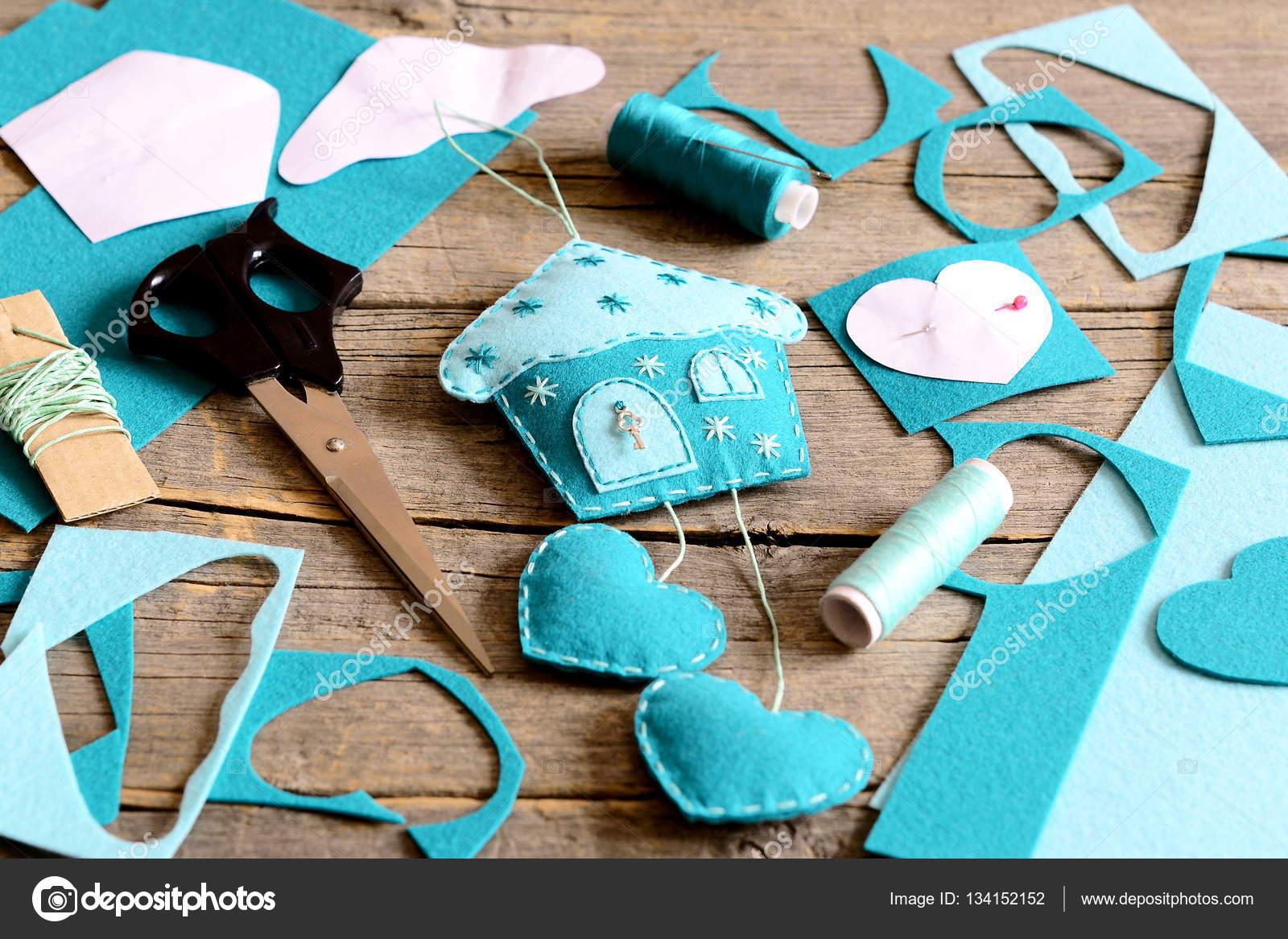 Haus mit Herz-Dekor aus Filz, Werkzeuge und Materialien für Nähen ...