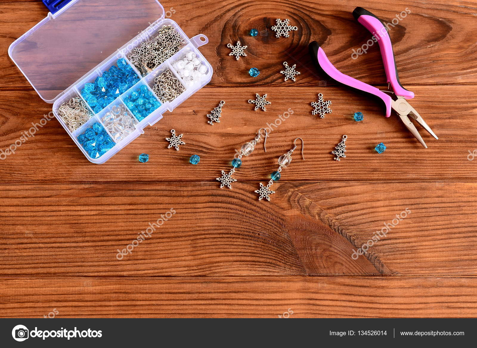 623b5ce3e781 Pendientes de araña mujer hechos a mano. Hermosos aretes hechos de cuentas  azules y blancas y los copos de nieve metal. Pinzas