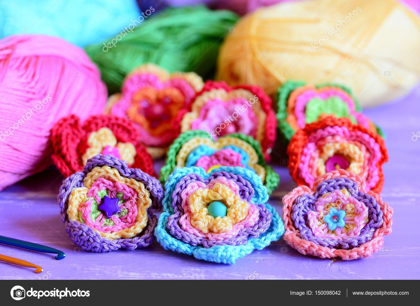 Colección de flores de crochet colorida. Flores, hilo de algodón ...