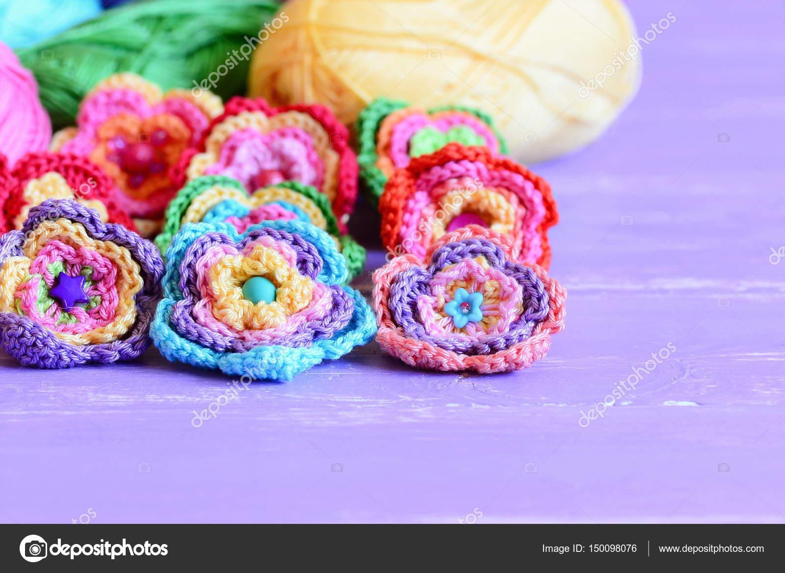 Crochet flores adornados con botones y abalorios. Flores de ...