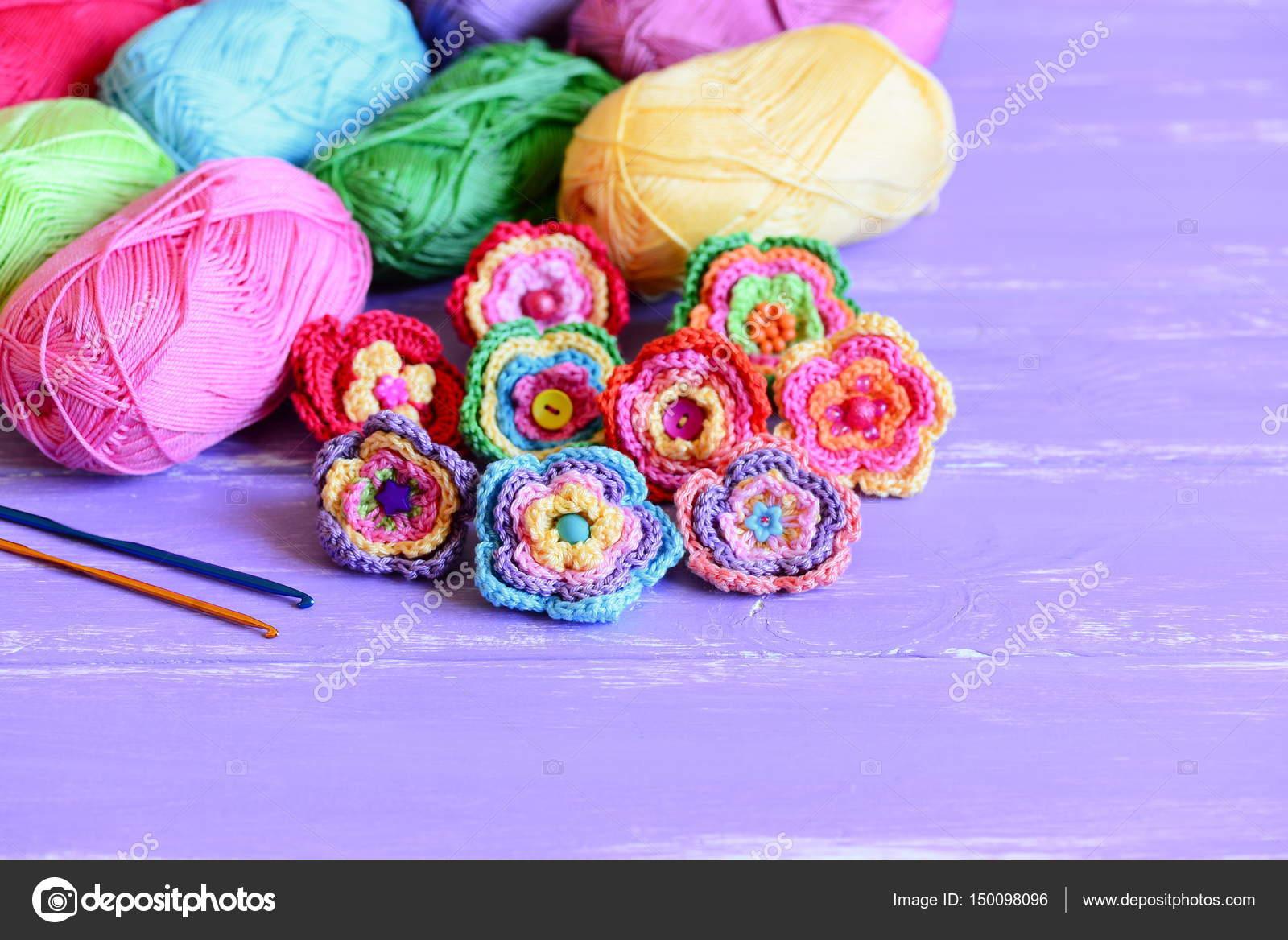 Conjunto de flores de crochet colorida. Flores, hilo de algodón ...