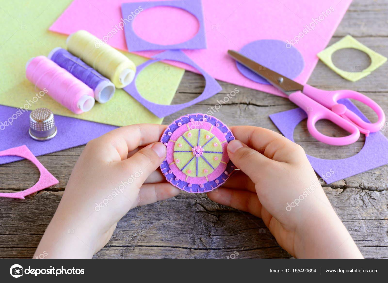 Kleines Kind Eine Einfache Und Bunte Blume Aus Filz Kreise Und