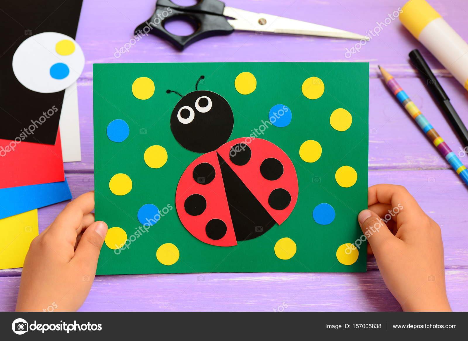 arte de verano para niños niño tiene una tarjeta de verano en sus