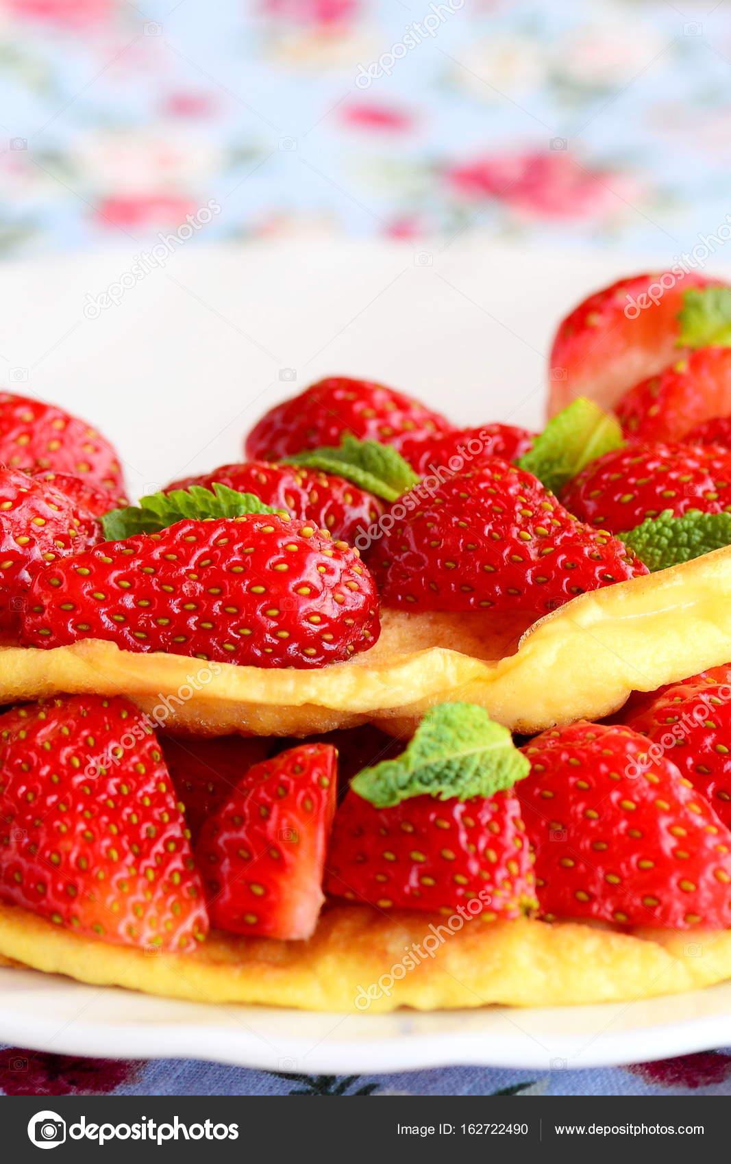 Tortilla Dulce Relleno De Fresas Frescas En Un Plato Blanco