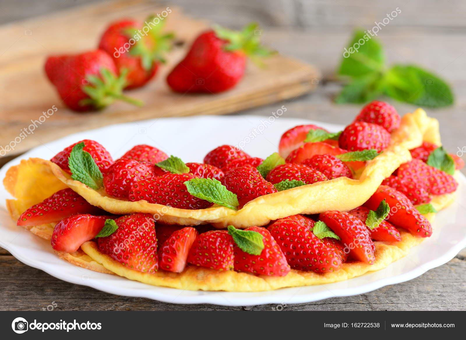 Tortilla Casera Rellena Con Fresas Frescas En Un Plato