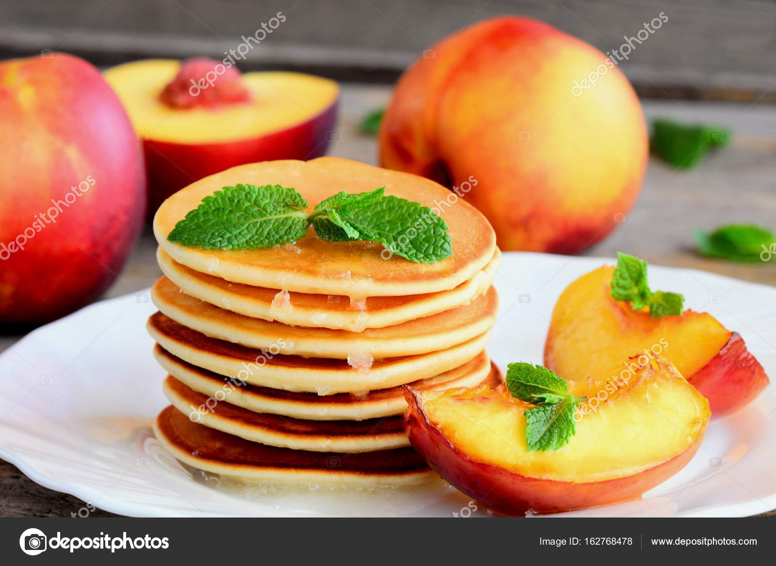 Pile De Crepes Avec Sirop Et Nectarines Grillees Sur Une Assiette