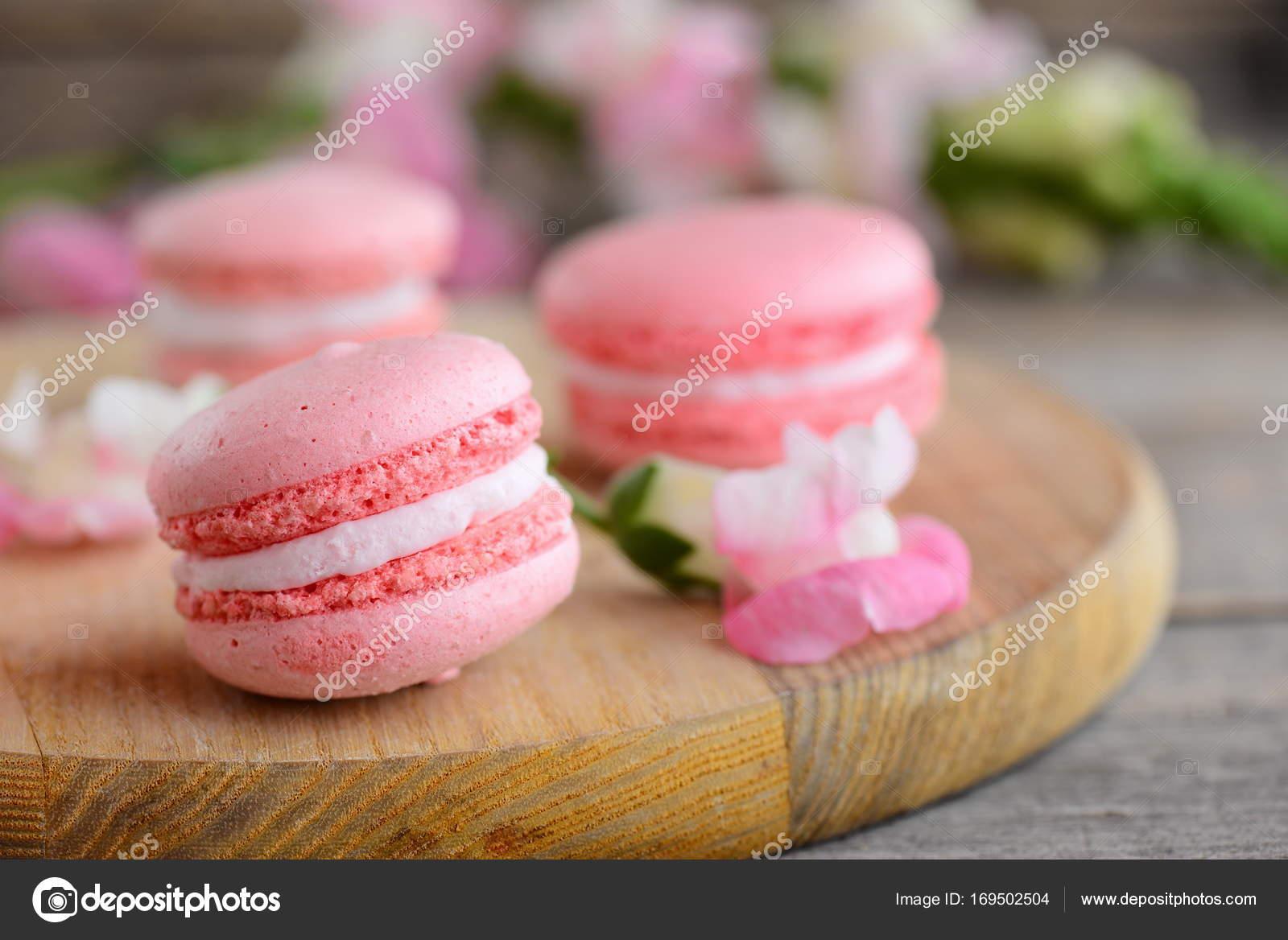 Franzosische Kuchen Makronen Hellrosa Runde Makronen Und Blumen Auf