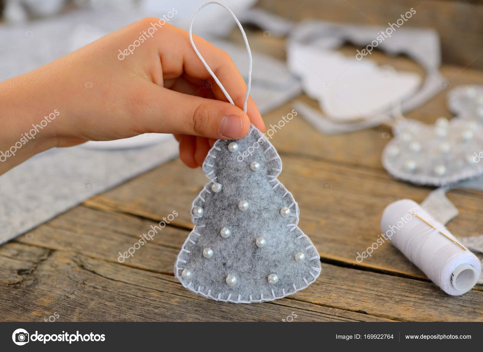 Kind Zeigt Eine Filz Weihnachtsbaum Spielzeug Kind Hält Eine
