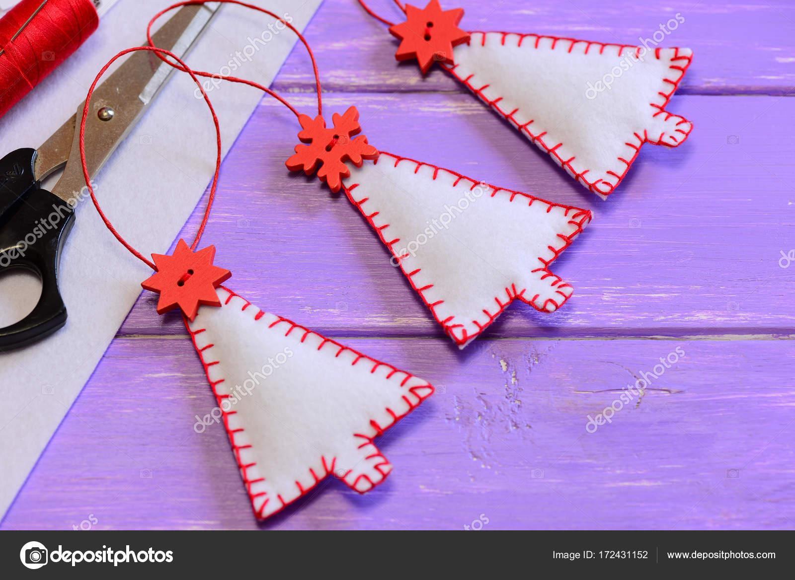 Weihnachtsbäume, Dekorationen, Bastelmaterial und Werkzeuge auf ...