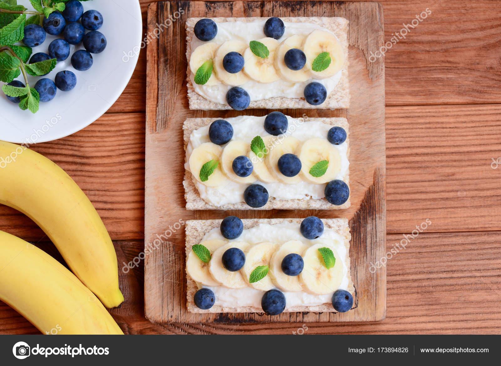Queso Cottage Plátanos Frescos Y Bayas Sándwiches Con Pan