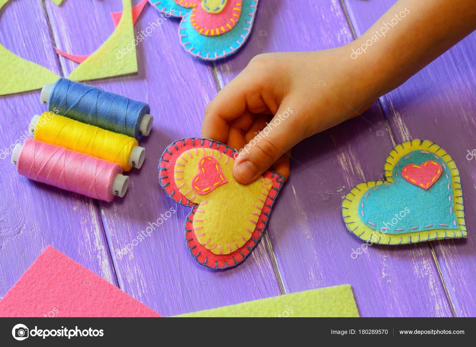 Kind Hält Seiner Hand Eine Filz Herz Valentine Kind Hat