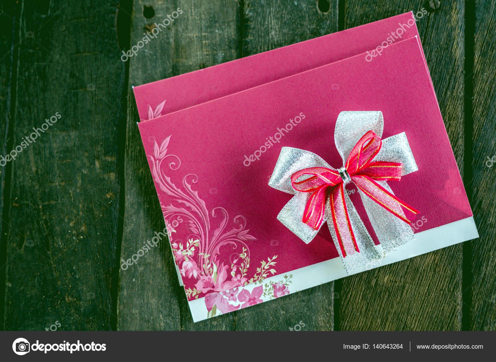 Hochzeit Einladung Karte Basteln Aus Pappe Auf Einem Hölzernen Liegend U2014  Stockfoto