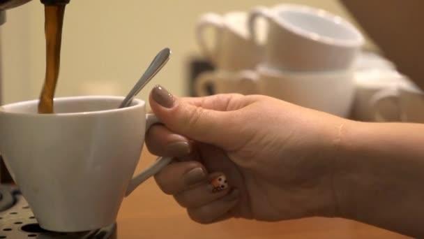 Naléval kávu do šálku, zpomalené