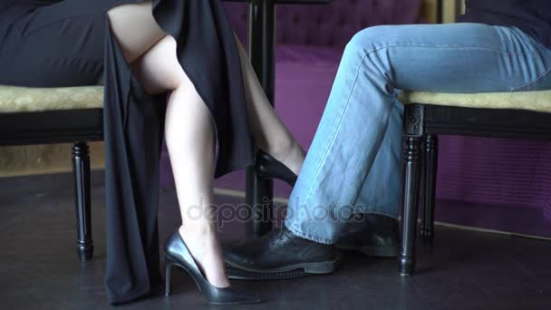 pod-stolom-video