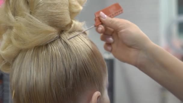 Kadeřnice, sušení blond vlasy, pomalý pohyb