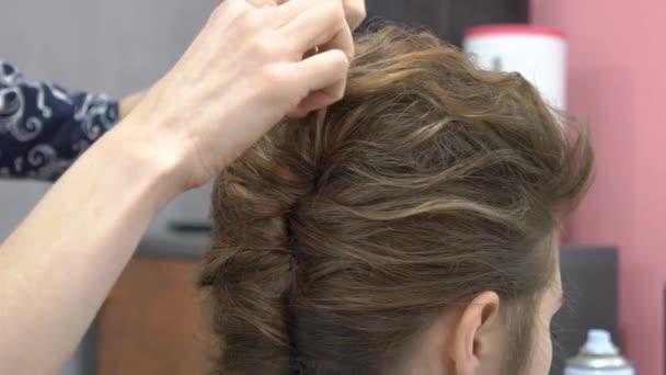 weiblich im Friseursalon. Friseur im Hintergrund