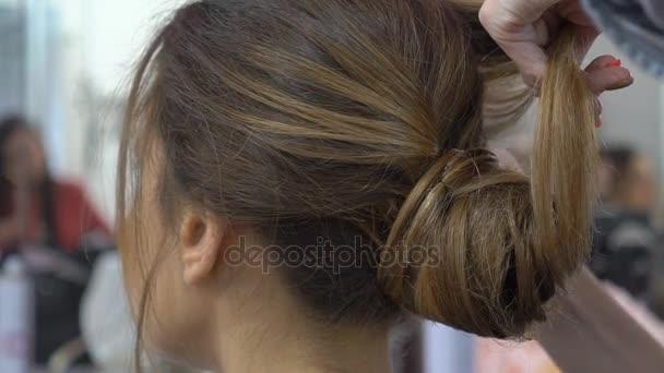 žena s dlouhými vlasy v salonu krásy dostat dmychadla