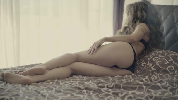 4 k csinos nő a fehérnemű az ágyon