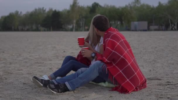 Slow Motion pár v lásce sedí na pláži