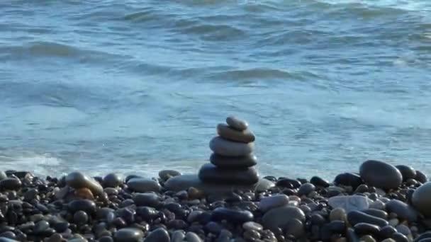 Zen stones zásobník na pláži omývané vlnami příboje moře za