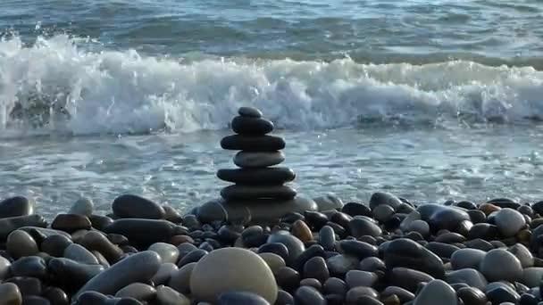 Zen kameny na pláži prolomení námořní surfovat