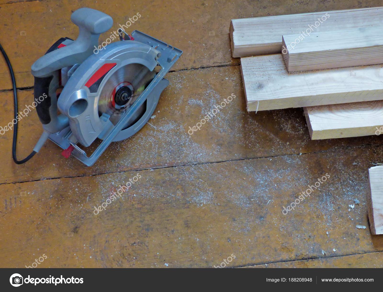 Neue frische Boards und elektrische Kreissäge auf gealterten ...