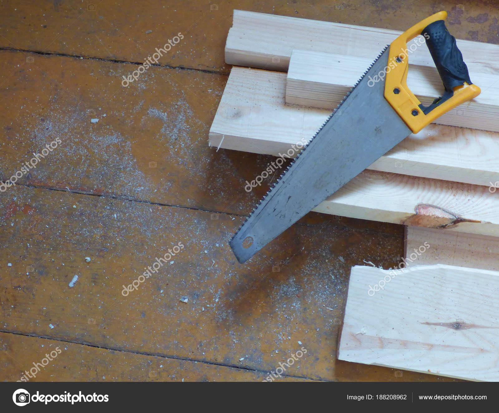 neue frische boards und säge auf gealterten holzoberfläche (tisch