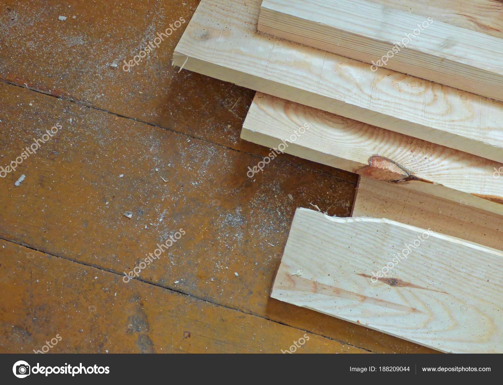 Neue frische Boards auf gealterten Holzoberfläche (Tisch oder Boden ...