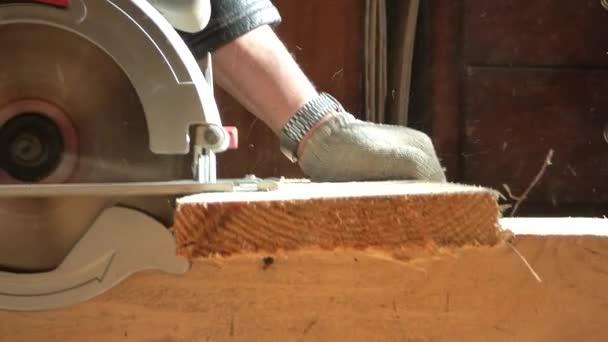 Kaukasier arbeitet in Tischlerwerkstatt mit Kreissäge