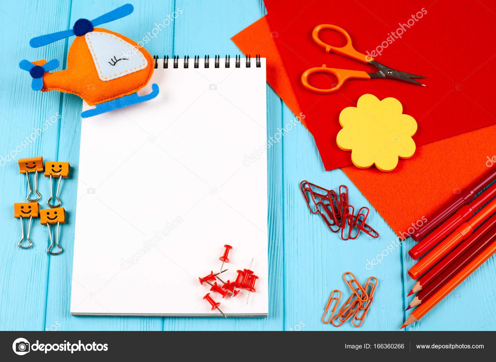 Rot und orange Buntstifte, Filzstifte, Briefpapier, Büroklammern ...