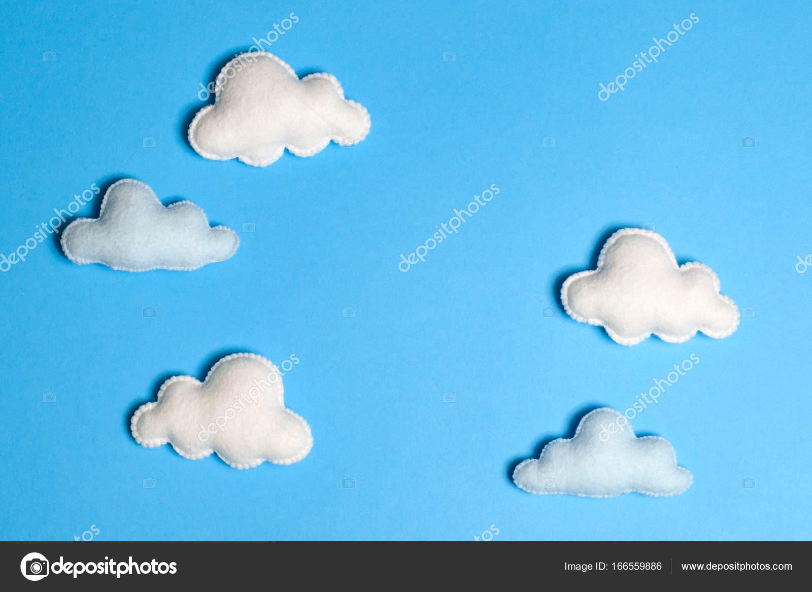 Fertige weiße Wolken am blauen Himmel mit Rahmen, Exemplar ...