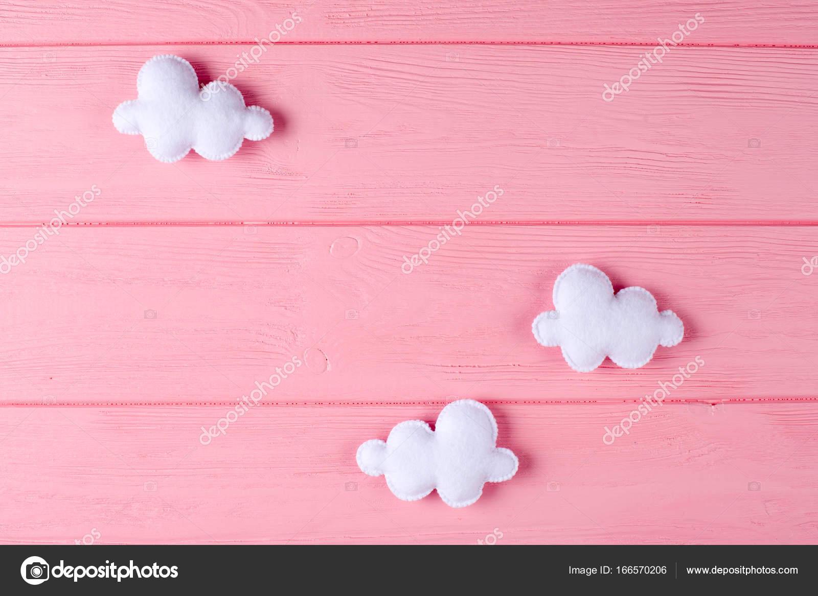 Fertige weiße Wolken mit Rahmen, Exemplar auf rosa Hintergrund aus ...