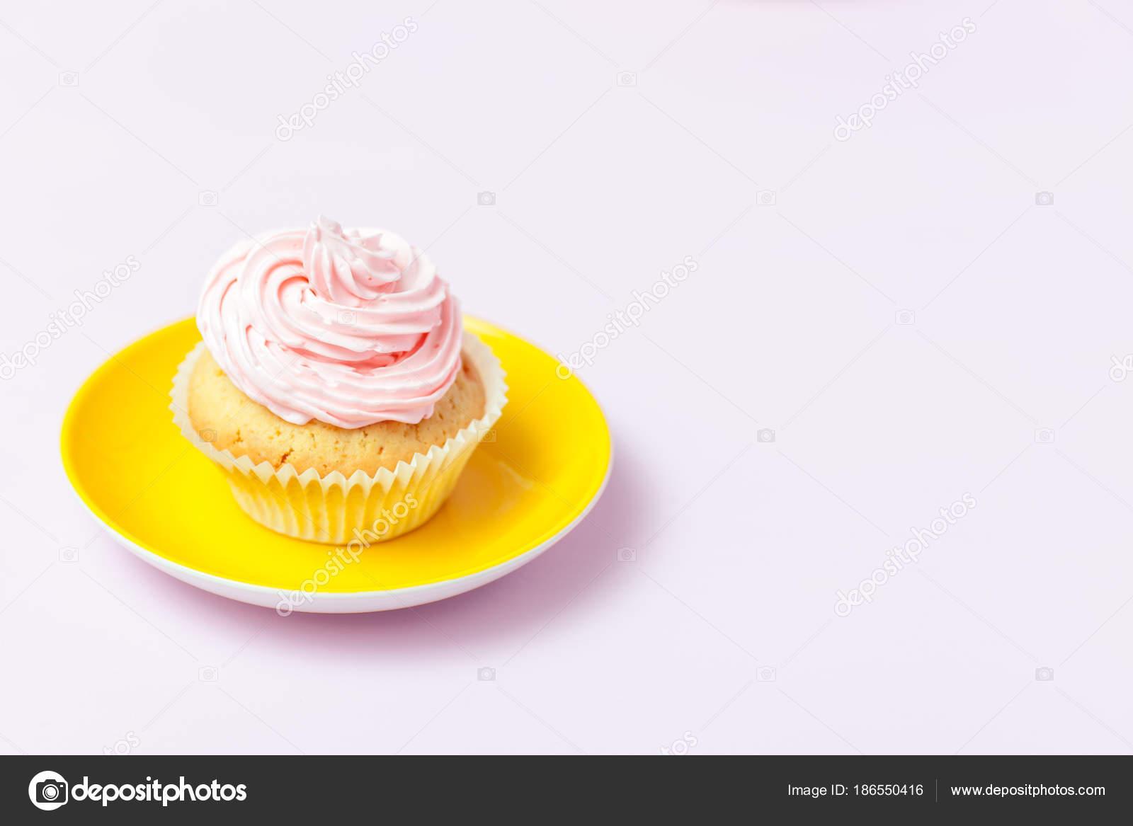 Cupcake Mit Rosa Buttercreme In Leuchtend Gelbes Schild Auf