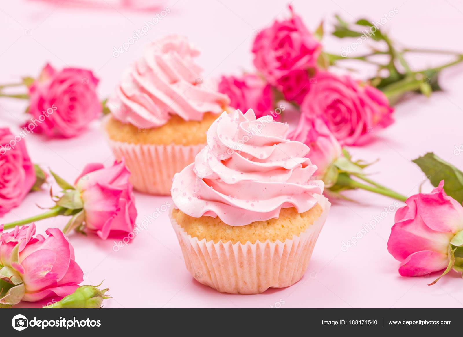 Cupcake Met Roze Cr Me Decoratie En Roses Roze Pastel