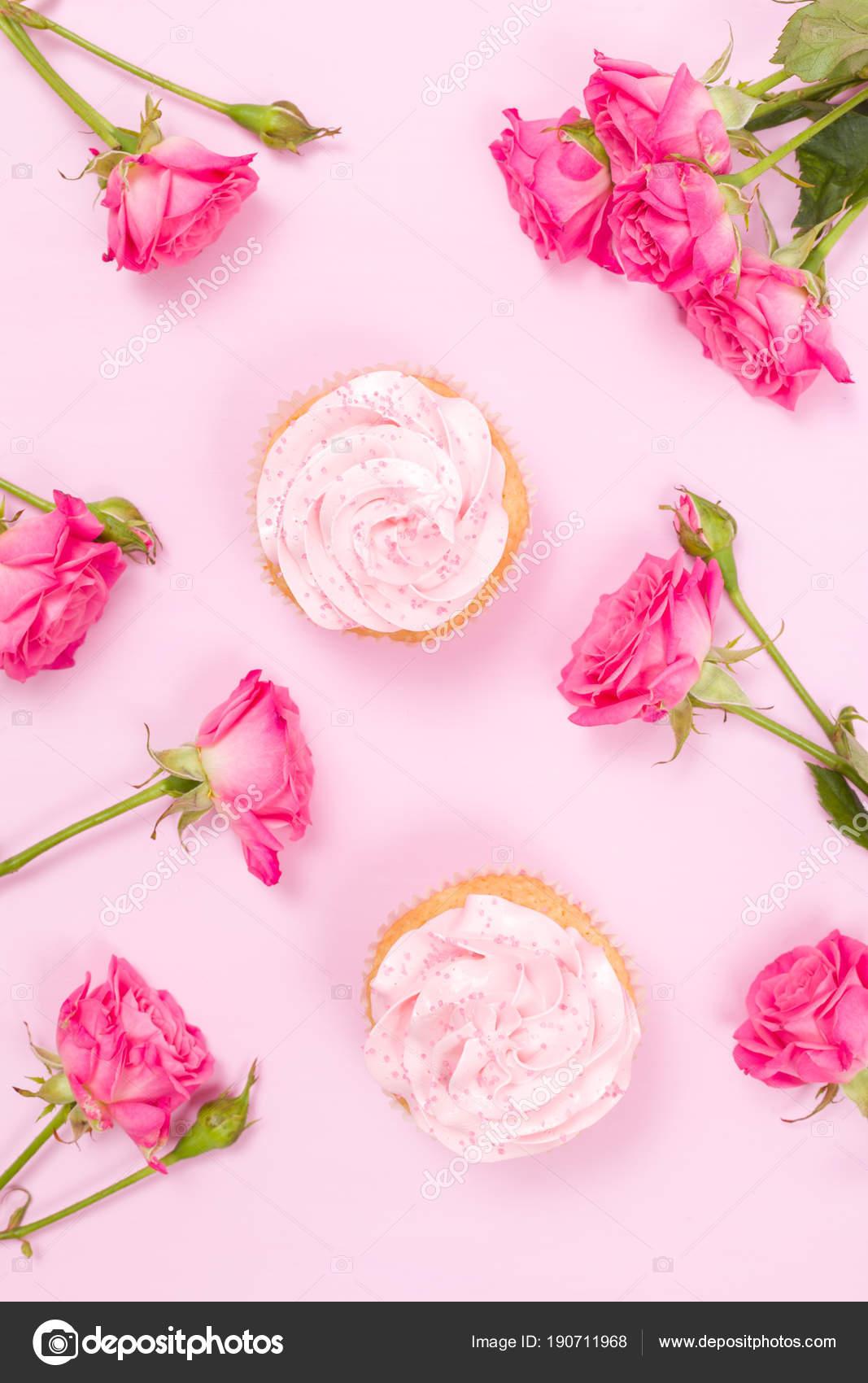 Cupcake Mit Rosa Creme Dekoration Und Rosen Auf Rosa Pastell