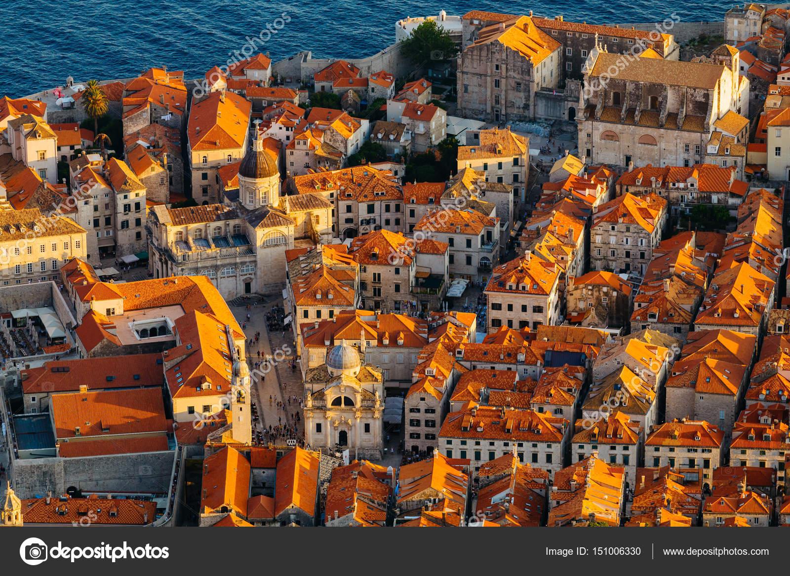Bekijk van bovenaf op rode tegel op de daken van huizen en de