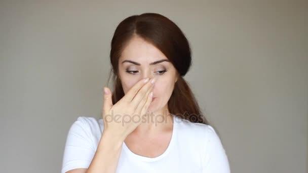 Alergie, virus, chřipka, rýma. Detail portrét mladé ženy