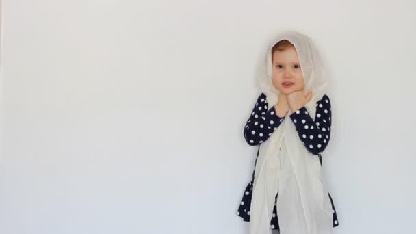2e033bcface Belle petite jeune fille musulmane portant foulard. Surface– séquence vidéo