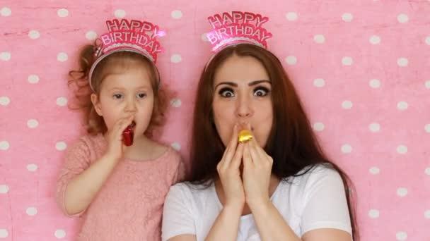 Madre E Hija Soplando Cuernos Del Partido Sonrisas Divertirse