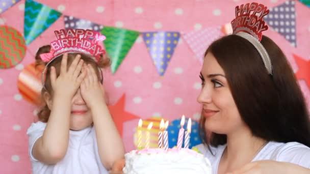 Feliz Cumpleanos Madre E Hija Sopla Las Velas Sobre El Pastel En La