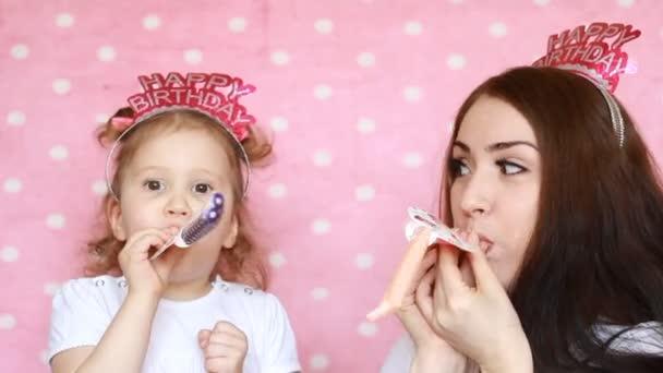 Gelukkige Familie Moeder En Dochter Vieren De Verjaardag En Horens