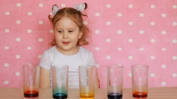 Dítě dívka a věda experiment. Dětské narozeniny. Tricks.Focuses. zábava pro děti. Předškolní vzdělání. Vícebarevné nápoje