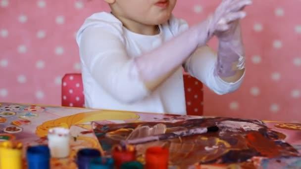 Lustiges Kind Malt Seine Hände Mit Farbe Baby Künstler Kleines Mädchen Zeichnen Körperkunst