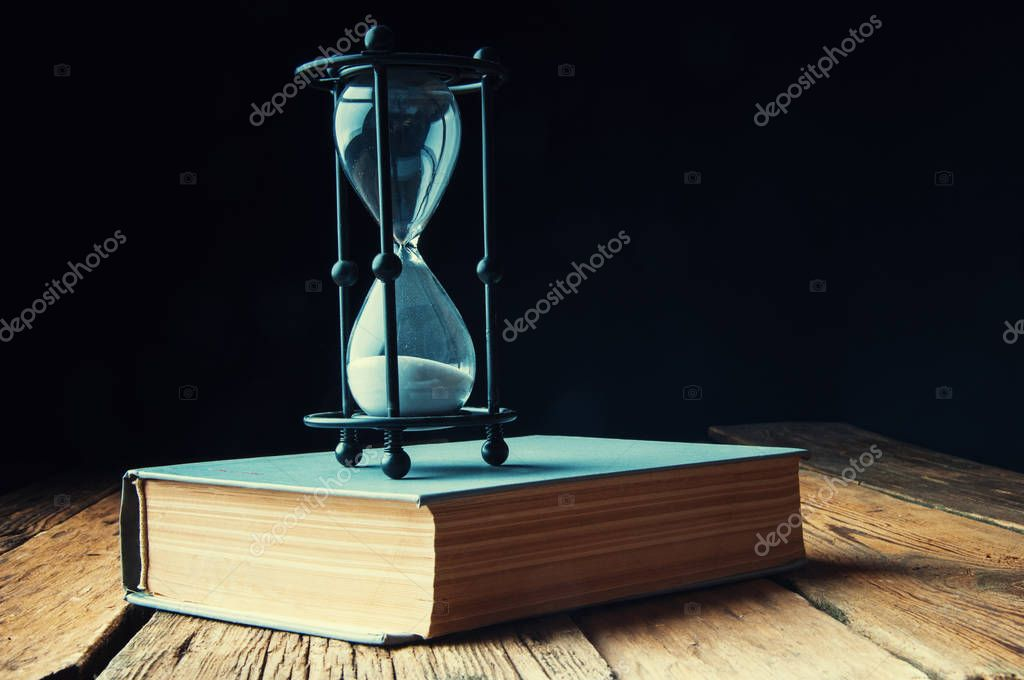 Reloj De Arena En Un Libros Antiguos Copyspace Fotos De Stock