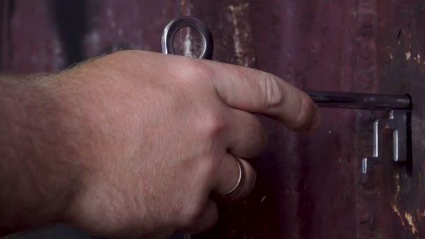 Öffnete die Tür mit einem silbernen Schlüssel