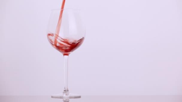Wein in ein Weinglas gießen Zeitlupe