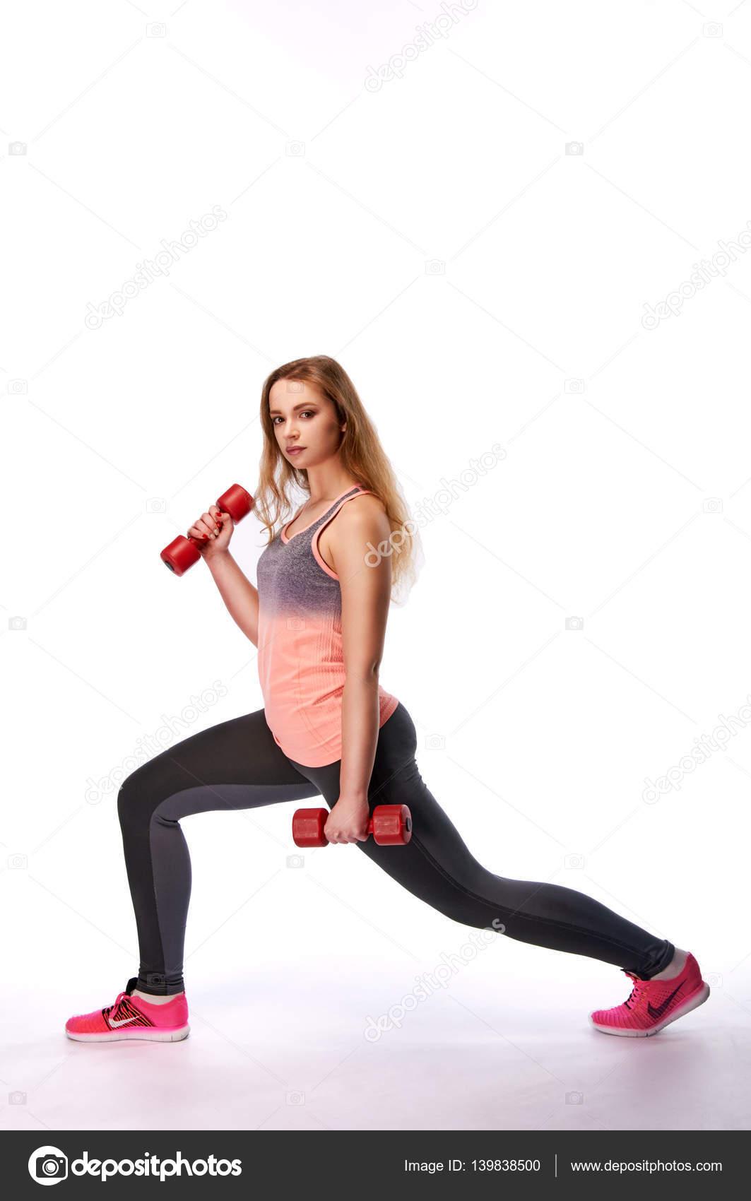 Mladá krásná sportovní žena činka dělat výpady. Štíhlá dívka se ... 9527d56934