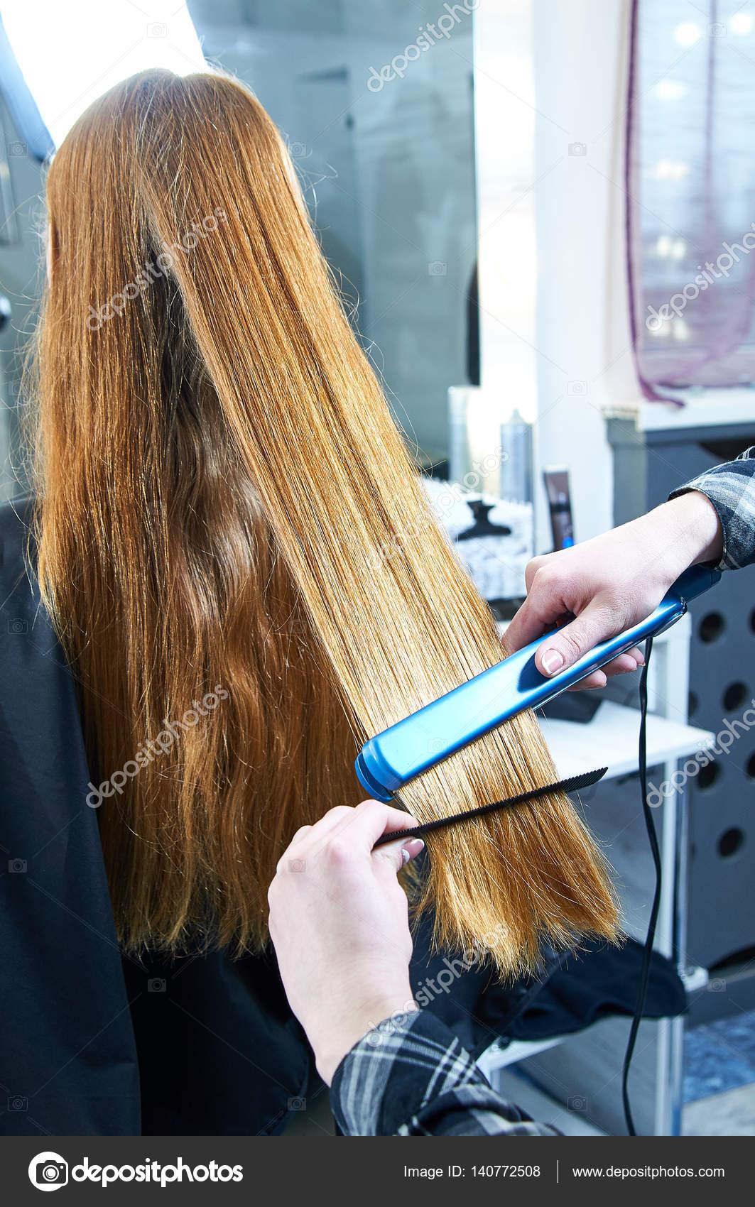 Professioneller Friseur Begradigt Modell Haar Glätteisen Für Haare